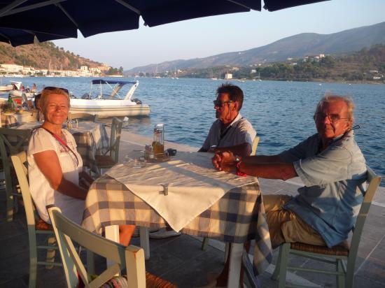 dîner au bord de l'eau à POROS